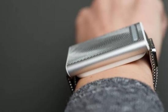 """这款腕带型智能""""小空调"""" 可以提供带节奏的渐进式热传递"""