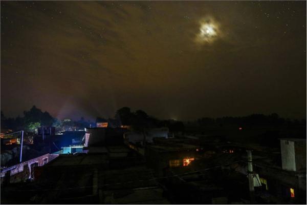 3亿印度人没电用农村人为手机充电需排队 莫迪宣布花166亿通电