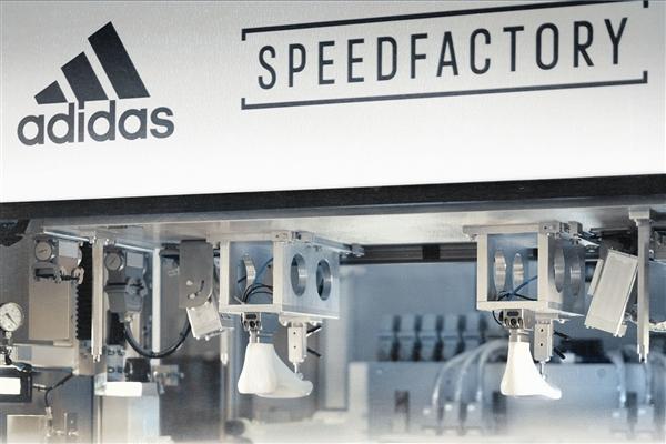 阿迪达斯机器人工厂制造的鞋子马上要发货了