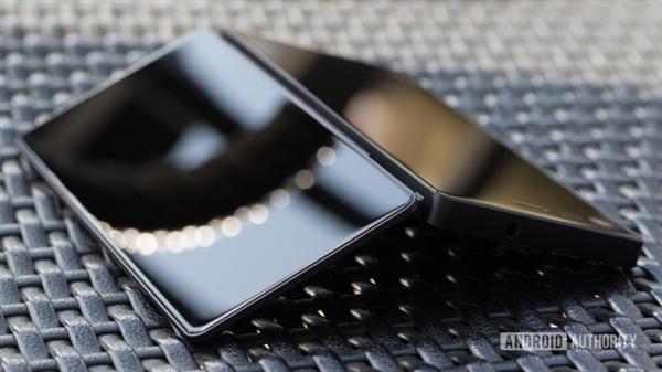 号称颠覆式创新设计 中兴折叠手机AXON M将发布