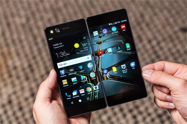 """一台手机""""两张脸"""" 中兴推出的折叠屏智能手机Axon M准备怎样玩?"""