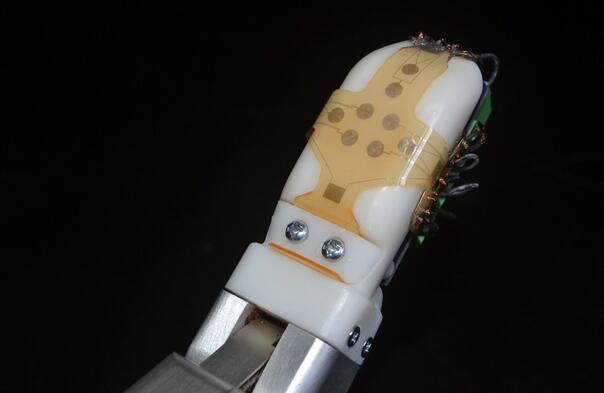 这种带传感器的皮肤 让机器人拥有像人类一样灵敏的触觉