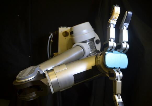 这种皮肤让机器人拥有像人类一样灵敏的触觉