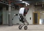"""中国学者研发机器人会""""弹指""""和""""跳跃"""""""
