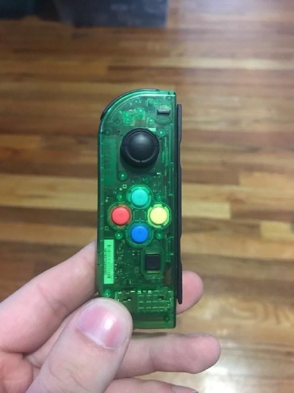 玩家对Switch原装手柄配色不满:自制透明版