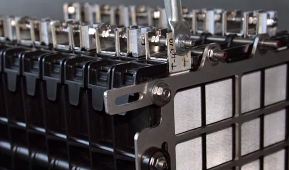 锂电网讯 世界上第一个燃料电池是威廉格罗夫(William Grove)1939年发明的,至今已有78年的历史,经这些年的发展,已从单体铝燃料电池发展到有各种实用价值的电源(供电系统),如德阳东深新能源科技有限公司的堆砌式发电站和车载移动电站等。电池阳极为发生氧化反应的铝板,是电子流出的电极,阴是指发生还原反应的电极,是电子流入的电极。  中国铝燃料电池的发展 世界上铝燃料电池的较大规模研发始于上世纪60年代的美国,上世纪70年代他们集中于航海航标灯、矿井照灯等电源用电池的研究;上世纪80年代加拿大铝电源