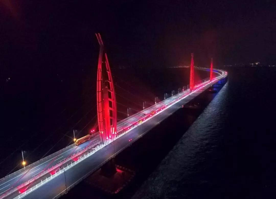 """栩栩如生,嵌有""""中国结""""的全桥最高青州桥塔如同海上的灯塔指引行船."""