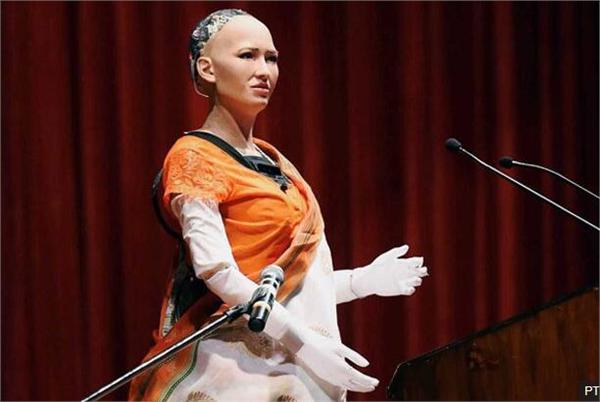 尴尬!索菲亚出访印度发表讲话出现故障 观众仍为之疯狂求婚被婉拒