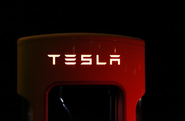 特斯拉开始生产新能源屋顶:比传统太阳能板便宜15%