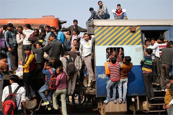 印度搭火车像打仗!高峰期5000人挤一列车