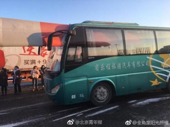 吉林一风力发电扇叶穿进大客车 目击者称无人受伤