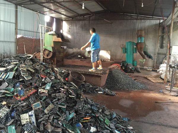"""位于通州的""""电池王""""王某专门收购废旧汽车电瓶,北京几乎一半的废旧"""