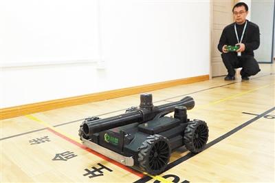 """特种机器人""""清道夫""""助特警排爆"""