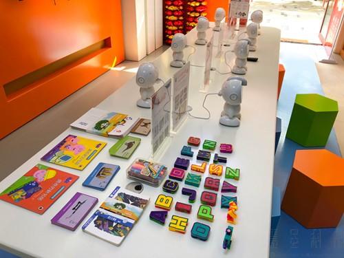 小哈机器人成都首家体验店开业 开启线下新布局
