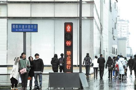 成都首套一体式人行信号灯正式启用 增加显示屏和提示音