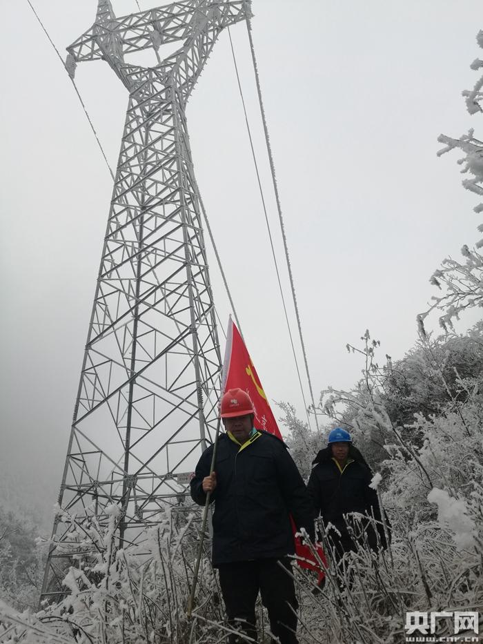 贵州黔南采取无人机与人工结合巡查电线覆冰 无死角保证线路稳定