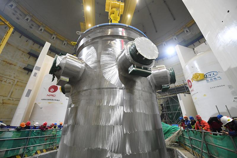 """""""华龙一号""""全球首堆压力容器成功吊装"""