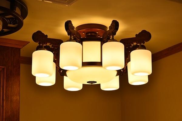 台灯护眼看这些:白炽灯/节能灯/LED灯谁最好?