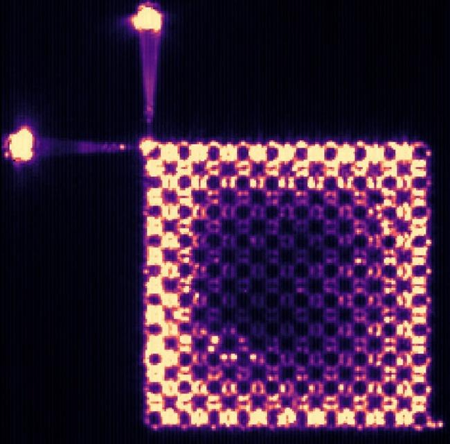 科学家首次利用拓扑光子学创造激光束