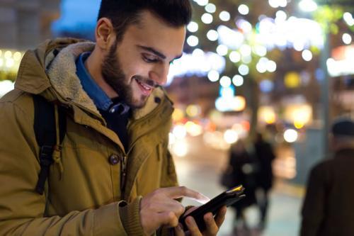 小伙用手机社交软件免费游遍欧洲