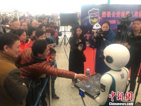 机器人警察编队亮相深圳北站 为春运保驾护航