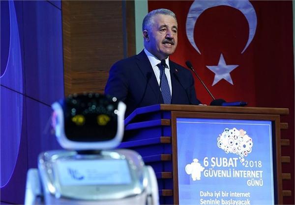 """顶撞领导的后果?土耳其一机器人打断部长讲话后被""""带走"""""""