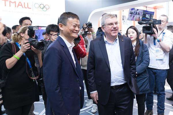 马云带国际奥委会主席体验虚拟试衣镜