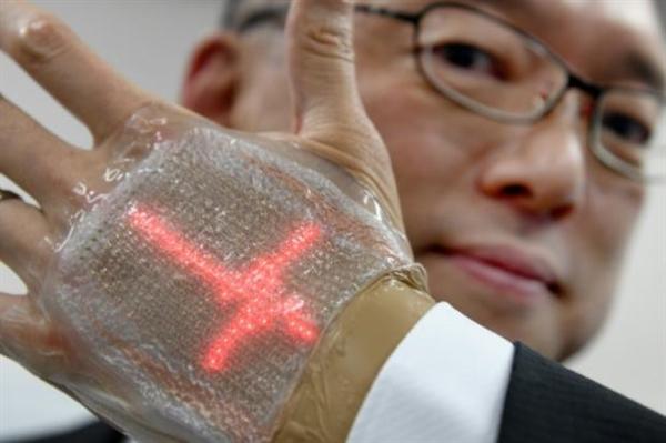 """日本发明""""智能皮肤"""" 嵌有384枚超薄LED灯"""