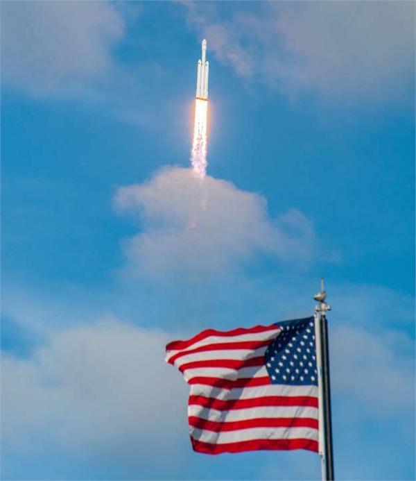 "SpaceX成功发射互联网双星 马斯克玩笑称wifi密码是""火星人"""
