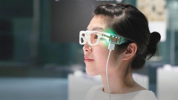 戴上Oton智能眼镜,可将文本转化为声音