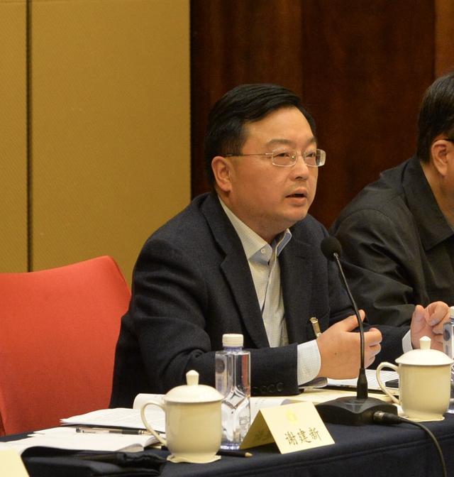 蓝闽波委员:推动电动汽车有序充电和车载动力电池梯次利用
