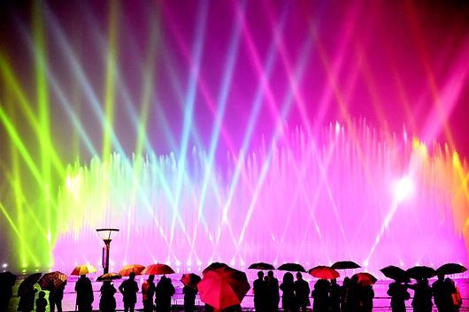 鄂州洋澜湖水域大型激光水秀绚丽绽放