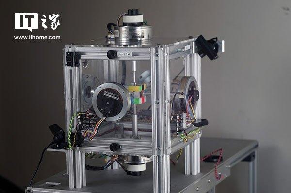 新一代机器人解开三阶魔方仅0.38秒