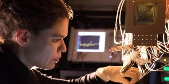 """谷歌发布72位量子处理器""""狐尾松"""" 称将实现""""量子霸权"""""""