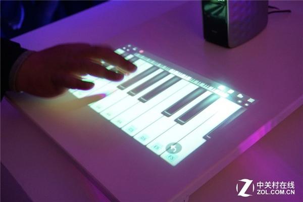 海尔投影智能音箱亮相:还能用来弹钢琴