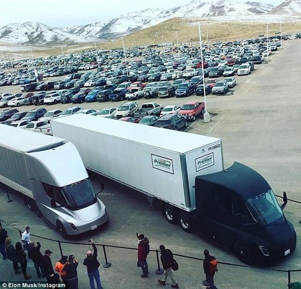 马斯克晒照片 特斯拉的电动大卡车上路了