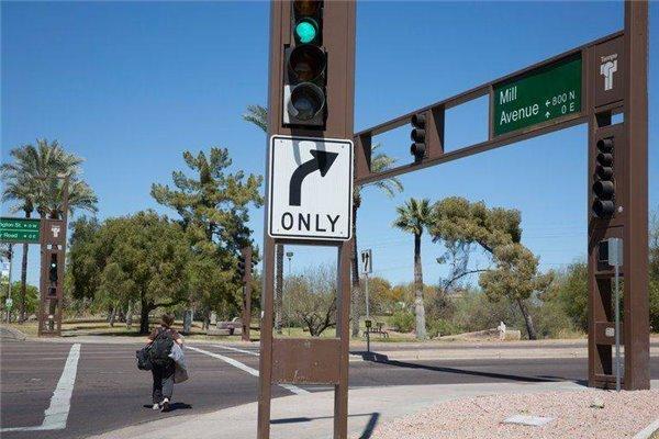 """在自动驾驶的""""十字路口"""",应该刹停,还是谨慎前行?"""