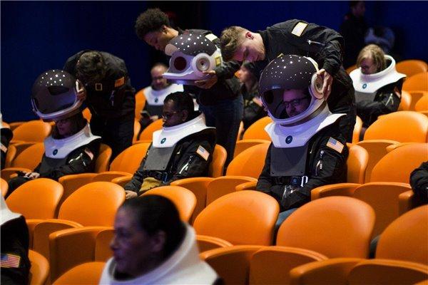 戴上这个宇航员VR头盔,感受第一视角的地球美景