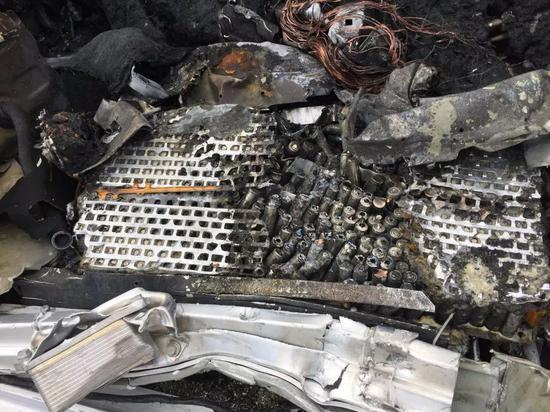 特斯拉Model X发生高速事故,撞车后起火造1人死亡
