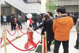 清明祭扫高峰季如期而至 智能机器人上岗服务