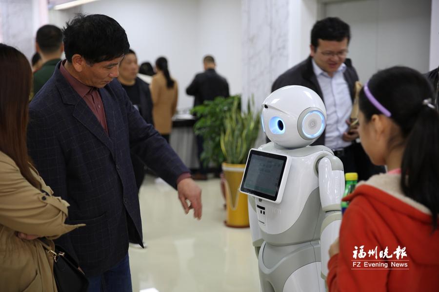 """福州连江首个智能政务服务机器人""""洋洋""""上岗"""