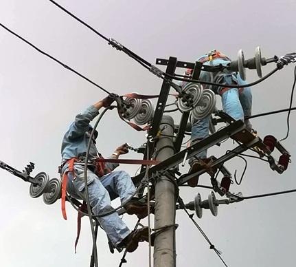 贵州普定突遇暴风雨 奋战28小时电网终恢复