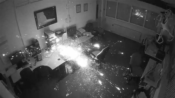 惠普笔记本深夜突然爆炸:场面骇人