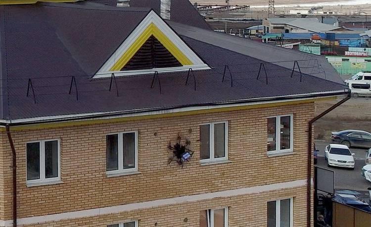 俄罗斯无人机送快递撞墙 2万美元瞬间损毁