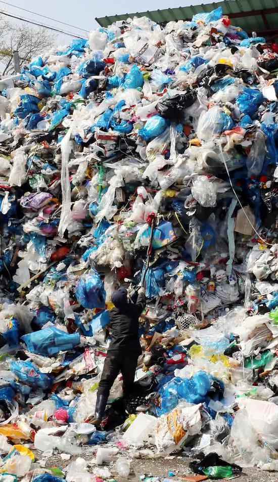 """中国""""洋垃圾""""禁令实施3个月 韩国人因""""垃圾成山""""打起来了"""