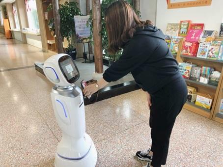 新华书店的机器人员工,查书、找书、结帐样样通