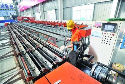 """武汉地铁用机器人制作""""钢筋铁骨"""" 加工精度达工艺品级"""