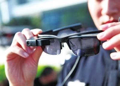 """洛阳警方配备""""警务智能眼镜"""" 识别人脸特征最快1秒"""