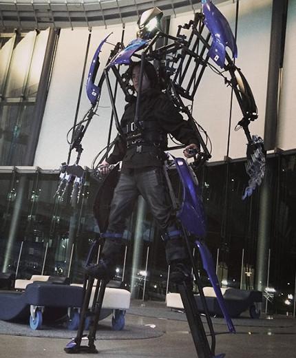 为操控者量身打造的外骨骼机器人Skeletonics Arrive