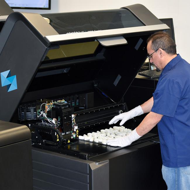 使用STRATASYS的J700快速3D打印牙科矫正器模具